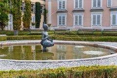 Papagena springbrunn av Josef Magnus Den Mirabellgarten eller Mirabell tr?dg?rden ?r tr?dg?rden av den Mirabell slotten i Salzbur royaltyfria bilder