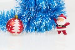 Papai Noel, bola vermelha do Natal e festão azul Imagens de Stock