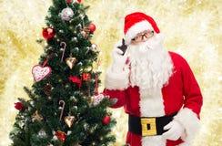 Papai Noel com a árvore do smartphone e de Natal Imagens de Stock Royalty Free