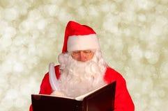 Papai Noel com o livro impertinente e agradável Imagens de Stock