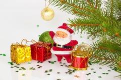 Papai Noel com presentes e o cilindro vermelho Fotografia de Stock Royalty Free