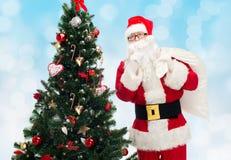 Papai Noel com saco e árvore de Natal Imagens de Stock Royalty Free
