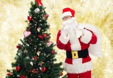 Papai Noel com saco e árvore de Natal Fotos de Stock Royalty Free