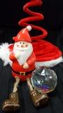 Papai Noel com seu aÅ mágico do chapéu do feiticeiro•esfera do maguc do nd Fotografia de Stock
