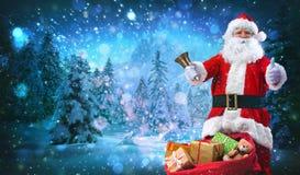 Papai Noel com um saco cheio dos presentes fotografia de stock