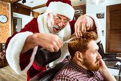 Papai Noel como o mestre na barbearia fotos de stock