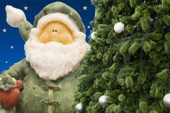 Papai Noel e despertador do vintage, despertador análogo, cartão de tempo da meia-noite imagens de stock royalty free