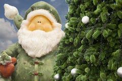 Papai Noel e despertador do vintage, despertador análogo, tempo da meia-noite foto de stock