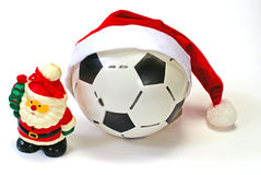 Papai Noel e a esfera de futebol no branco Fotos de Stock