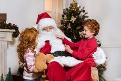 Papai Noel e irmãos pequenos Fotos de Stock