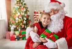 Papai Noel e menina Fotos de Stock Royalty Free
