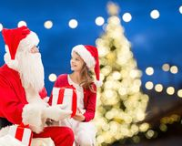 Papai Noel e menina feliz com presente do Natal Foto de Stock Royalty Free