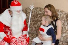 Papai Noel e rapaz pequeno Imagem de Stock Royalty Free