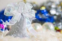 Papai Noel e sino de prata, curva de prata branca e decoração da bola da prata no Natal Fotografia de Stock Royalty Free