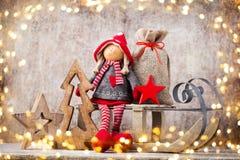 Papai Noel em um sledge Fundo do gnomo de Noel Símbolo do Natal imagens de stock