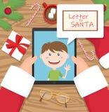 Papai Noel está guardando a tabuleta e está tendo a conversação com criança e uma letra para Santa na nuvem cômica ilustração do vetor