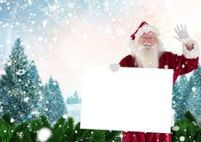Papai Noel que acena ao guardar o cartaz vazio Foto de Stock Royalty Free