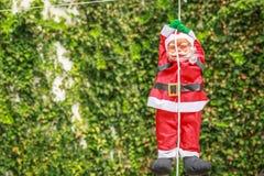 Papai Noel que desce de uma corda em uma jarda Imagens de Stock Royalty Free