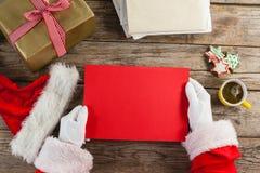 Papai Noel que guarda um cartaz vermelho Imagem de Stock Royalty Free