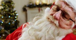 Papai Noel que relaxa e que dorme vídeos de arquivo