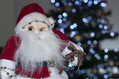 Papai Noel que senta-se ao lado da árvore de Natal fotografia de stock