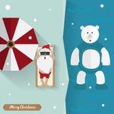 Papai Noel toma sol com urso branco relaxa fora no inverno Foto de Stock