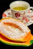 Papaia con crusca d'avena e una tazza di tè nei precedenti Fotografia Stock