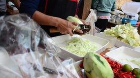A papaia desbastada povos prepara-se cozinhando o tam do som video estoque