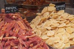 Papaia ed ananas secchi in deposito tradizionale Immagine Stock