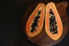 Papaia fresca su un fondo di legno immagini stock libere da diritti