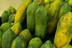 Papaia fresca verde nel mercato organico locale dell'isola tropicale di Bali, Indonesia l'asia Fondo della papaia Fotografia Stock Libera da Diritti