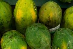 Papaia fresca verde nel mercato organico locale dell'isola tropicale di Bali, Indonesia l'asia Fondo della papaia Fotografia Stock