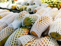 Papaia madura fresca de holland em uma tenda para a venda no mercado de fruto fotografia de stock
