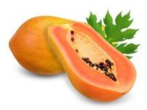 Papaia matura isolata sul percorso di taglio bianco immagine stock