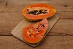 papaia Papaia matura su fondo di legno Fotografia Stock Libera da Diritti
