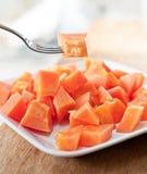 Papaia sul piatto bianco Fotografie Stock Libere da Diritti