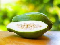 Papaia verde sul fondo della natura Fotografie Stock