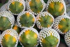 Papaja in de markt Stock Afbeeldingen