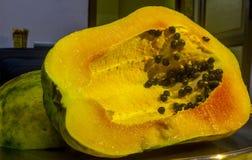 Papaja en zaden stock foto's