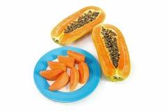 Papajafruit in blauwe schijf met witte achtergrond Stock Foto's