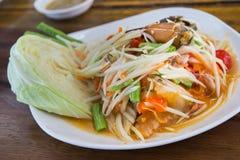 Papajasalade (Som tum Thai) op houten lijst Stock Foto's