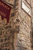 Papaliceva街道,古老大厦的一个美丽如画的角落与雕塑的 图库摄影
