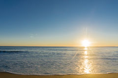 Papamoa Wyrzucać na brzeg horyzont złota łuna w sunris w, outlok Zdjęcie Stock