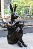 Paparazzi Dogman et sculpture en Rabbitgirl de paparazzi par les artistes contemporains de renommée mondiale Gillie et Marc à New image libre de droits