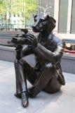 Paparazzi Dogman et sculpture en Rabbitgirl de paparazzi par les artistes contemporains de renommée mondiale Gillie et Marc à New photographie stock