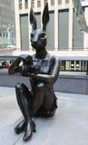 Paparazzi Dogman et sculpture en Rabbitgirl de paparazzi par les artistes contemporains de renommée mondiale Gillie et Marc à New photos libres de droits
