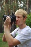 Paparazzi. Homem não barbeado com uma câmera Fotos de Stock Royalty Free
