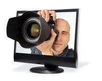 Paparazzi par un écran d'ordinateur image stock