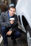 Paparazzi se cachant derrière la voiture Images libres de droits