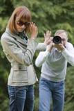 paparazzi som skjuter kvinnan Royaltyfria Bilder